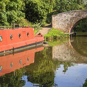canal-boat-cotswolds-england